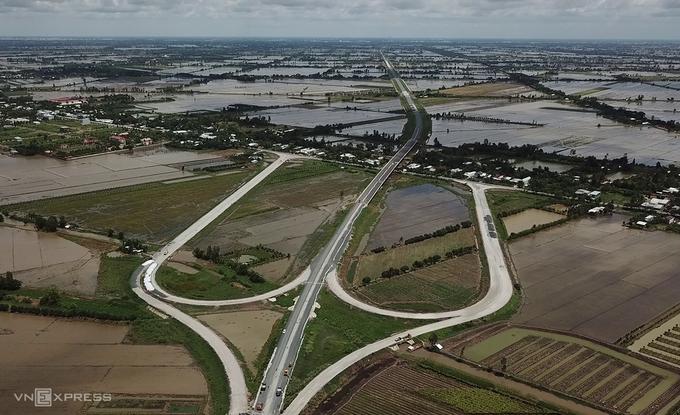 乐天-拉差巷高速公路上的塘棠桥和郎森桥的交叉点已经形成,为10月份的路线做准备。