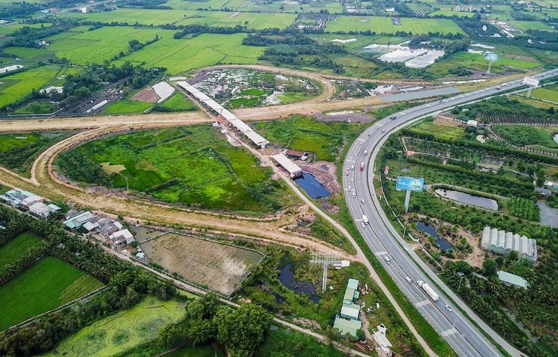 美顺-芹苴高速公路在实施4个月后积极施工
